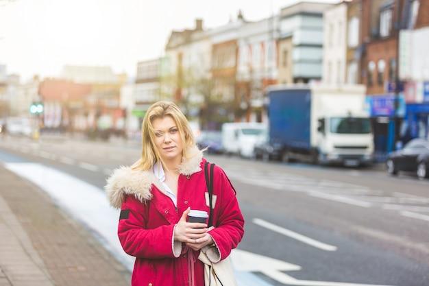 Portret młodej kobiety obok ulicy w londynie