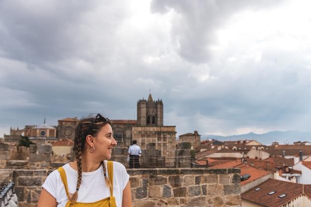 Portret młodej kobiety patrząc w kierunku miasta avila.