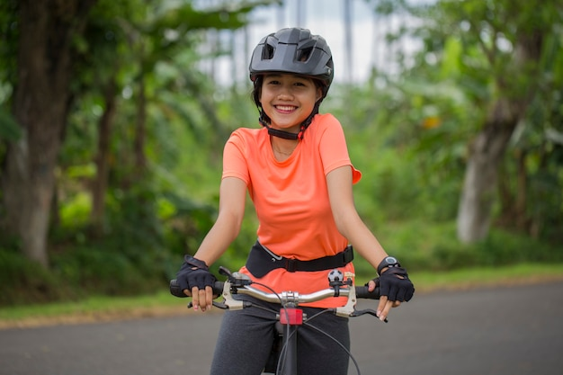 Portret młodej kobiety piękne azjatyckie, jazda na rowerze
