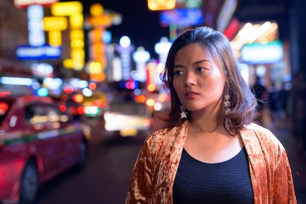 Portret młodej kobiety piękne azjatyckie turystyczne zwiedzanie chinatown w bangkoku
