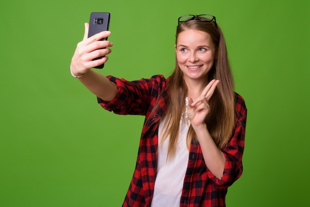 Portret młodej kobiety piękne hipster o blond włosach na zielono