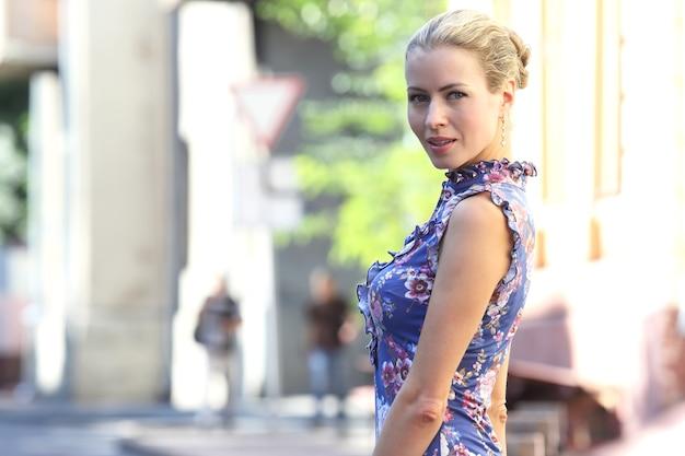 Portret młodej kobiety, piękne i eleganckie