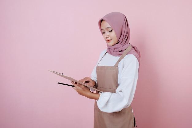 Portret młodej kobiety piękne kelnerzy za pomocą białej spódnicy