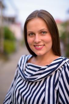 Portret młodej kobiety piękne na ulicach na zewnątrz