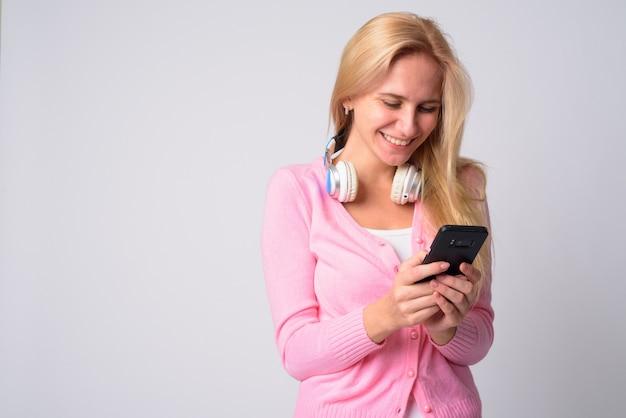 Portret młodej kobiety piękne o blond włosach na białym tle