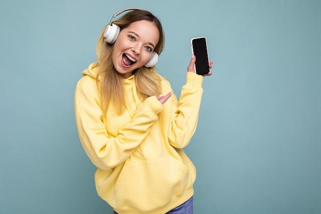 Portret młodej kobiety piękne trzymając smartfon