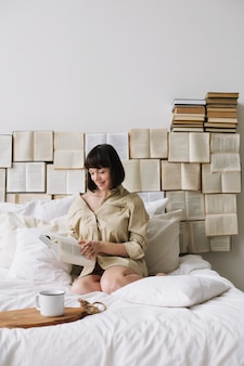 Portret młodej kobiety piękne w łóżku w domu.
