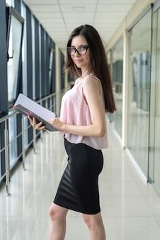 Portret młodej kobiety piękne wewnątrz w centrum biznesowym. miejsce pracy