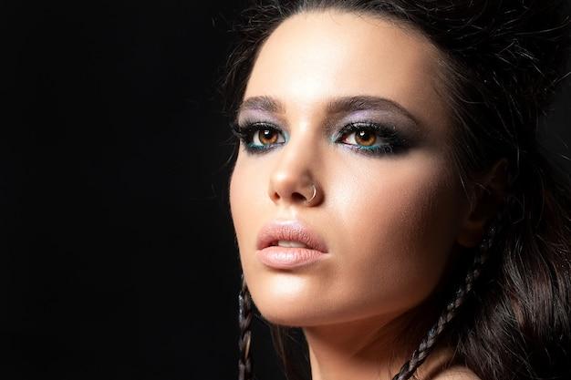 Portret młodej kobiety piękne z wieczorem makijaż model pozowanie na czarnym tle