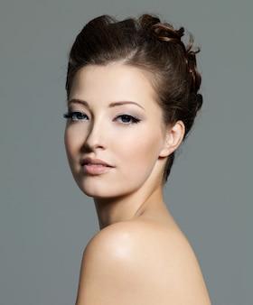 Portret młodej kobiety piękne