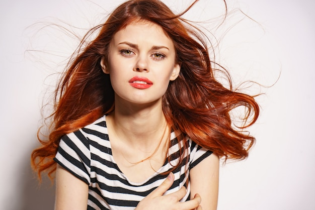 Portret młodej kobiety piękny rudowłosy