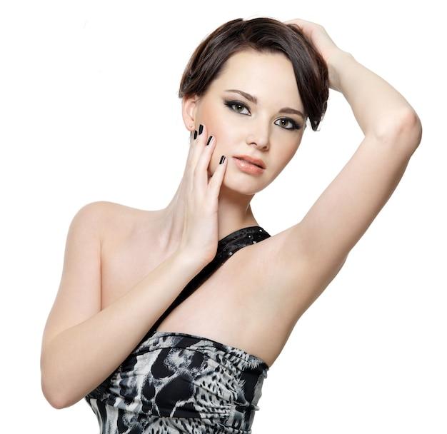 Portret młodej kobiety piękny seksowny jasny makijaż i czarny manicure - pozowanie na białym tle