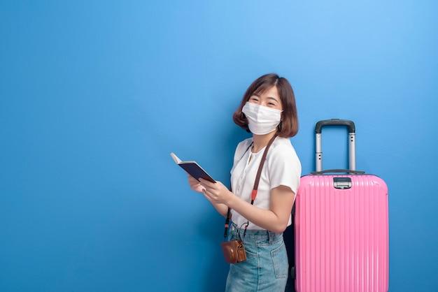Portret młodej kobiety podróżnika z maską, nowa koncepcja normalnej podróży