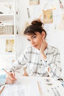 Portret młodej kobiety projektanta rysowania szkiców