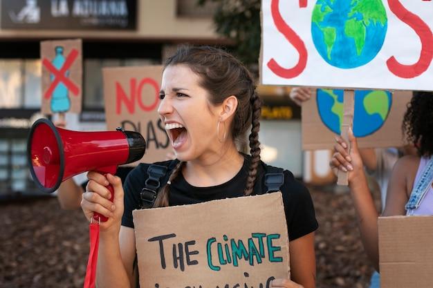 Portret młodej kobiety protestującej przeciwko zmianom klimatu