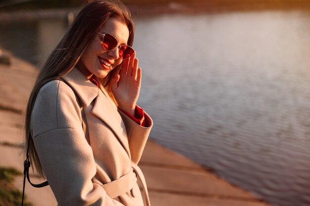 Portret młodej kobiety przed jeziorem. rekreacja na świeżym powietrzu.