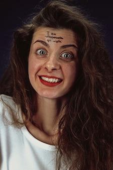 Portret młodej kobiety przezwyciężającej problemy ze zdrowiem psychicznym