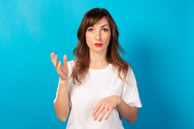 Portret młodej kobiety przyjazne w dorywczo t-shirt na niebiesko. twarz emocjonalna