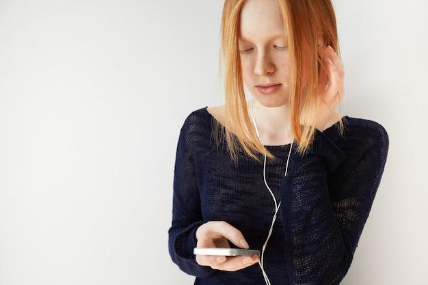 Portret młodej kobiety ruda ze słuchawkami