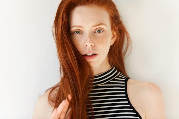 Portret młodej kobiety ruda