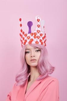 Portret młodej kobiety sexy z różowe włosy i koronę serc