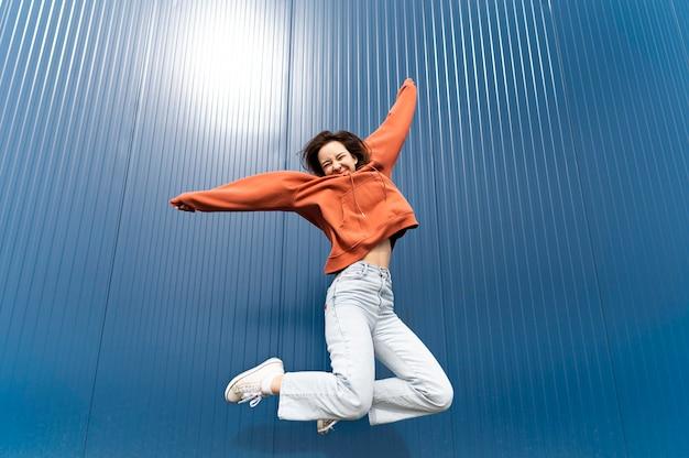 Portret młodej kobiety skoki
