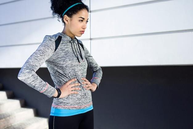Portret młodej kobiety sprawny i sportowy relaks po treningu w parku.