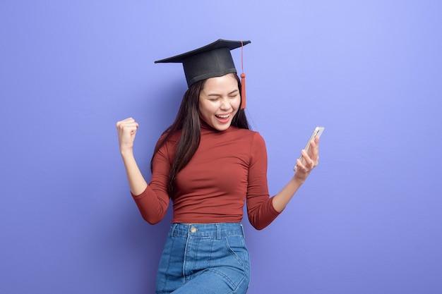 Portret młodej kobiety studentka z kasztana na fioletowo