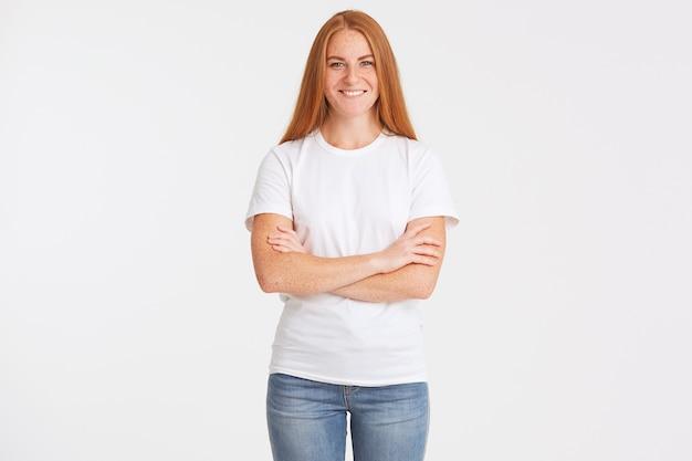 Portret młodej kobiety szczęśliwy piękny rudy z długimi włosami i piegami nosi koszulkę