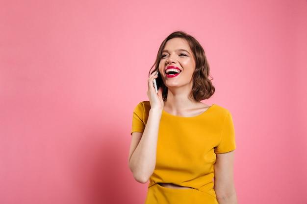 Portret młodej kobiety szczęśliwy w sukni