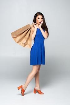 Portret młodej kobiety szczęśliwy wśród torby na zakupy