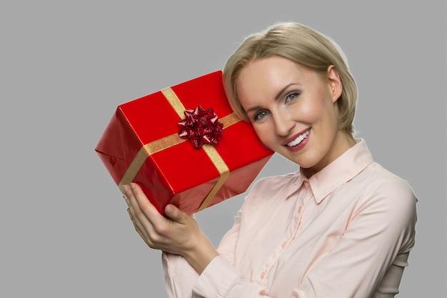 Portret młodej kobiety szczęśliwy z pudełko. bliska zadowolona kobieta otrzymała prezentowe pudełko.