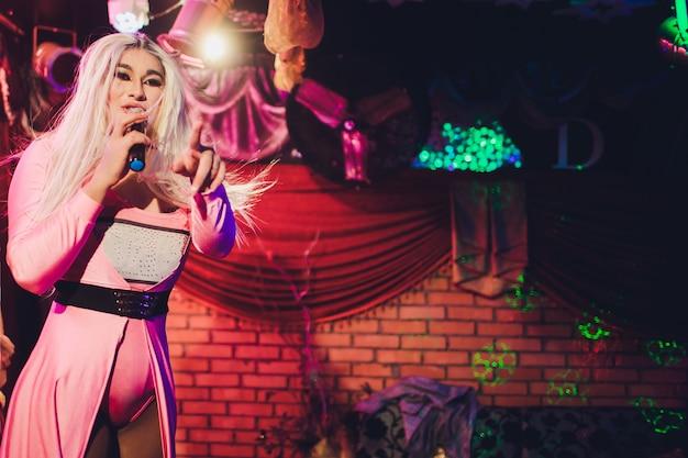 Portret młodej kobiety transpłciowej w jasny kostium na kolor