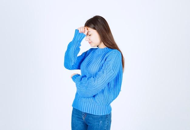 Portret młodej kobiety uczucie bolesne na białym.