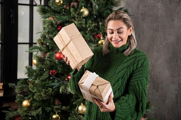 Portret młodej kobiety uśmiechnięte patrząc na prezenty