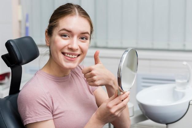 Portret młodej kobiety uśmiechnięte