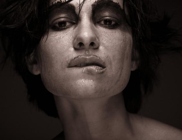 Portret młodej kobiety w depresji