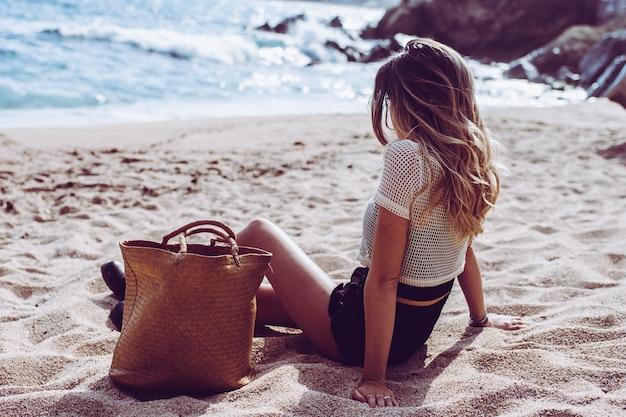 Portret młodej kobiety w dzień na plaży