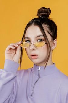 Portret młodej kobiety w okularach przeciwsłonecznych