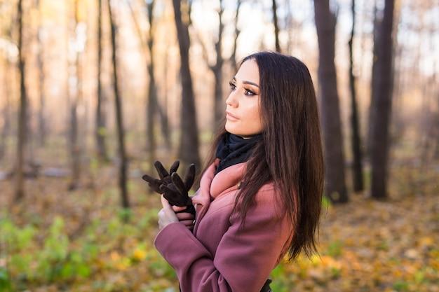 Portret młodej kobiety w parku