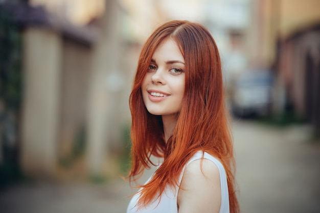 Portret młodej kobiety w promieniach światła słońca