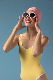 Portret młodej kobiety w stroju kąpielowym w studio