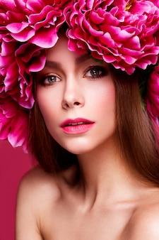 Portret młodej kobiety w stylu kwiatowym