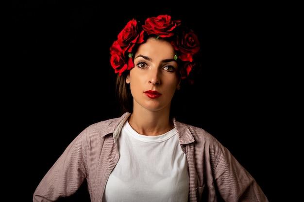 Portret młodej kobiety w wieniec czerwonych kwiatów