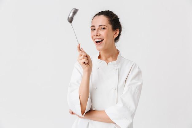 Portret młodej kobiety wesoły z naczynia kuchenne