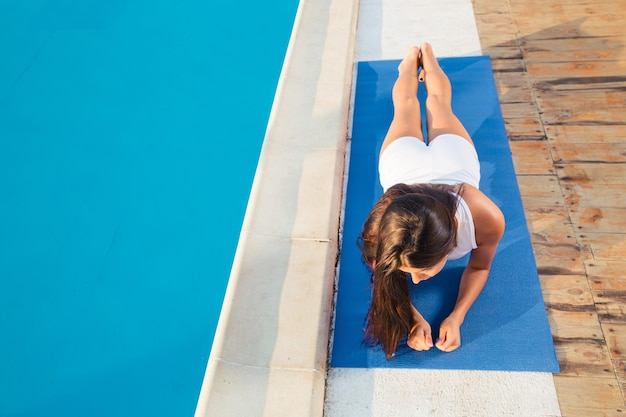 Portret młodej kobiety wykonywanie ćwiczeń jogi na świeżym powietrzu