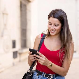 Portret młodej kobiety wyszukuje telefon komórkowy
