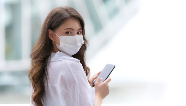 Portret młodej kobiety z buźką za pomocą telefonu spacery po mieście