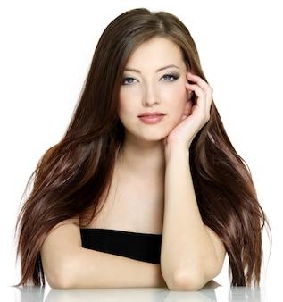 Portret młodej kobiety z długie brązowe proste włosy na białym tle