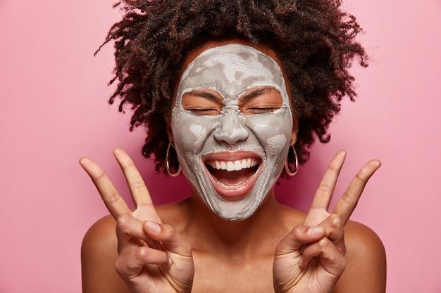 Portret młodej kobiety z fryzurą afro i maską na twarz